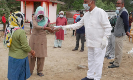 कर्नाटक ने पर्यावरण मित्रों के सहयोग का आभार  जताते हुए उन्हें भेंट किए मास्क और  ग्लव्स।