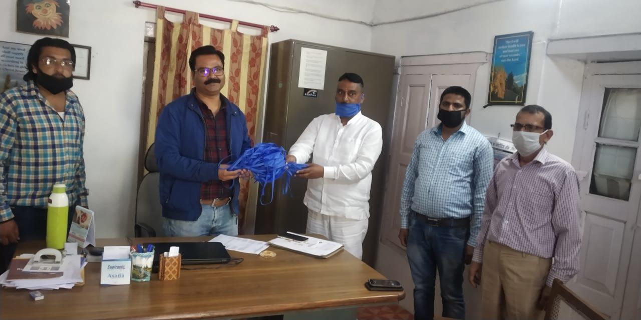 होटल मैनेजमेंट में प्रवासियों को और लैप्रोसी हॉस्पिटल में कर्नाटक ने फल किये वितरित।