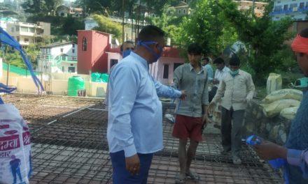 जन जागृति अभियान के तहत कर्नाटक लगातार लोगों को बाँट रहे हैं हस्त निर्मित मास्क।