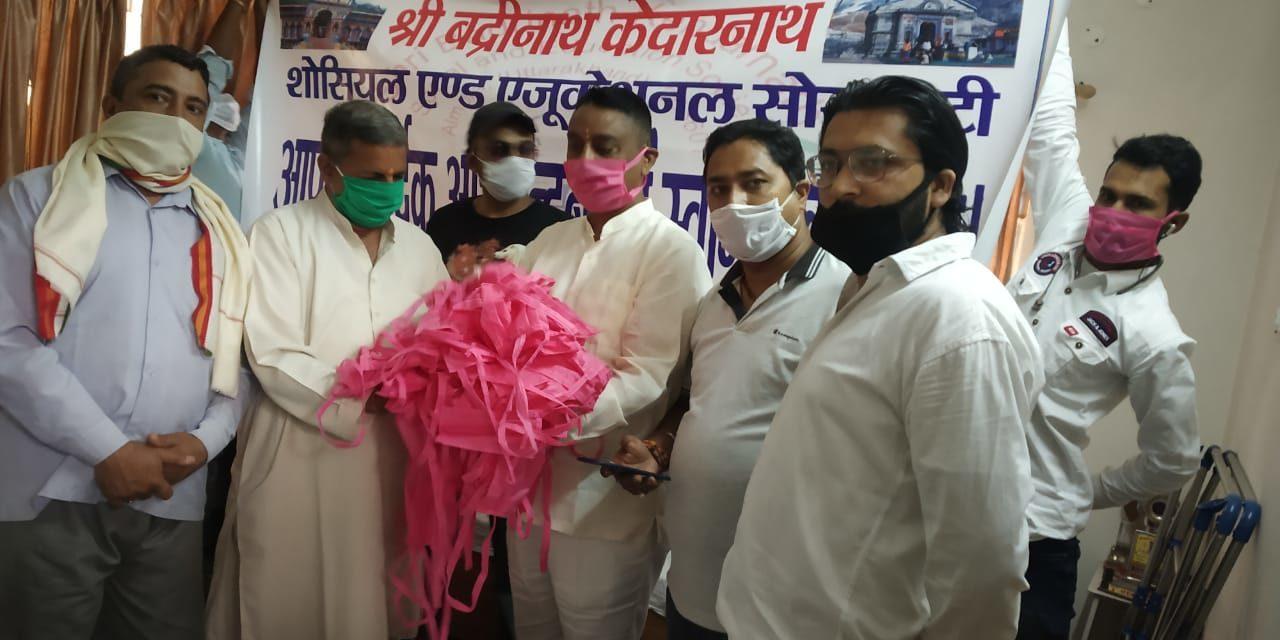कर्नाटक ने पंडित हर गोविंद पन्त जिला चिकित्सालय और रेडक्रॉस सोसायटी अल्मोड़ा के कार्यालय में वितरित किये मास्क।