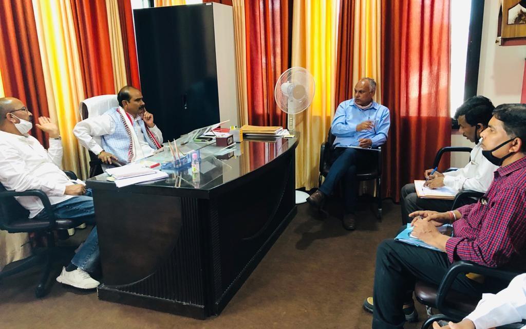 पेयजल की समस्या से निदान के लिए सांसद अजय ने की अधिकारियों के साथ बैठक, दिए कई निर्देश।