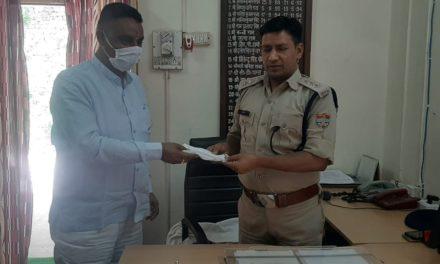 कर्नाटक ने पुलिस कार्यालय में तैनात लोगों को बाटे मास्क, की उनके कार्यो की प्रशंसा।