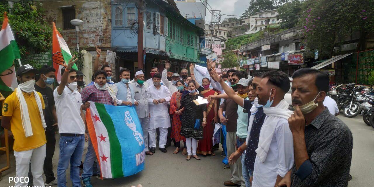 जेईई एवम् एनईईटी की परीक्षाएं निरस्त करने की मांग को लेकर अल्मोड़ा कांंग्रेस ने फूंका केन्द्र सरकार का पुतला