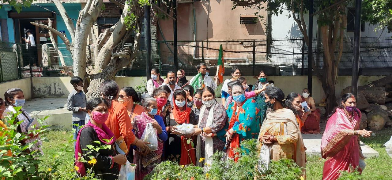 भारतीय जनता पार्टी महिला मोर्चा अल्मोड़ा ने सेवा सप्ताह में किया विशाल आयोजन, जरूरतमंदो को दिया पौष्टिक आहार।