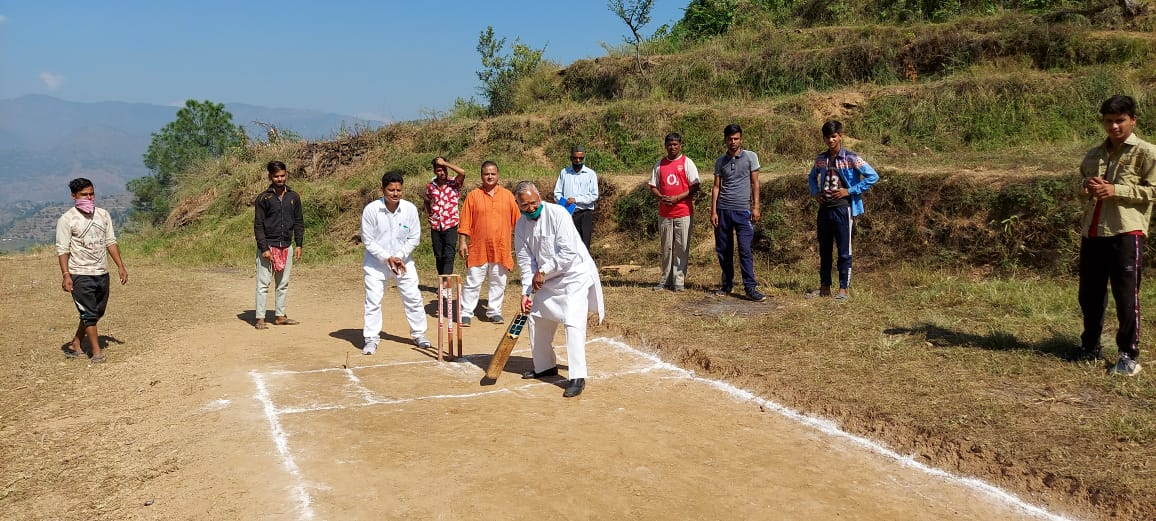 धौलादेवी में खेल मैदान के लिए कुंजवाल ने दिए एक लाख रूपये,युवाओं ने जताया आभार
