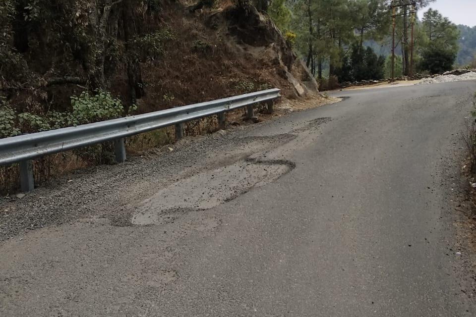 गुणवत्ता में खरा नहीं उतर रहा है सड़क निर्माण का कार्य, दुर्घटना को दावत देती ताकुला बिन्सर रोड़।