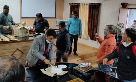 स्थानांतरण आदेश निरस्त होने पर कलेक्ट्रेट कर्मचारियों ने केक काटकर किया अभिनंदन