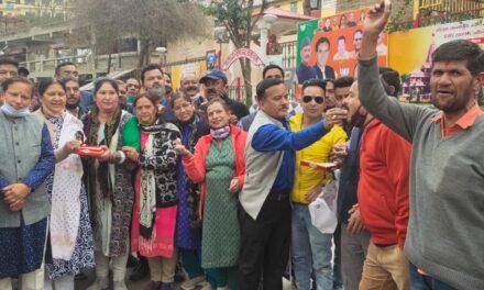 तीरथ सिंह रावत के मुख्यमंत्री बनने पर कार्यकर्ताओं ने मनाया जश्न बाटी मिठाई