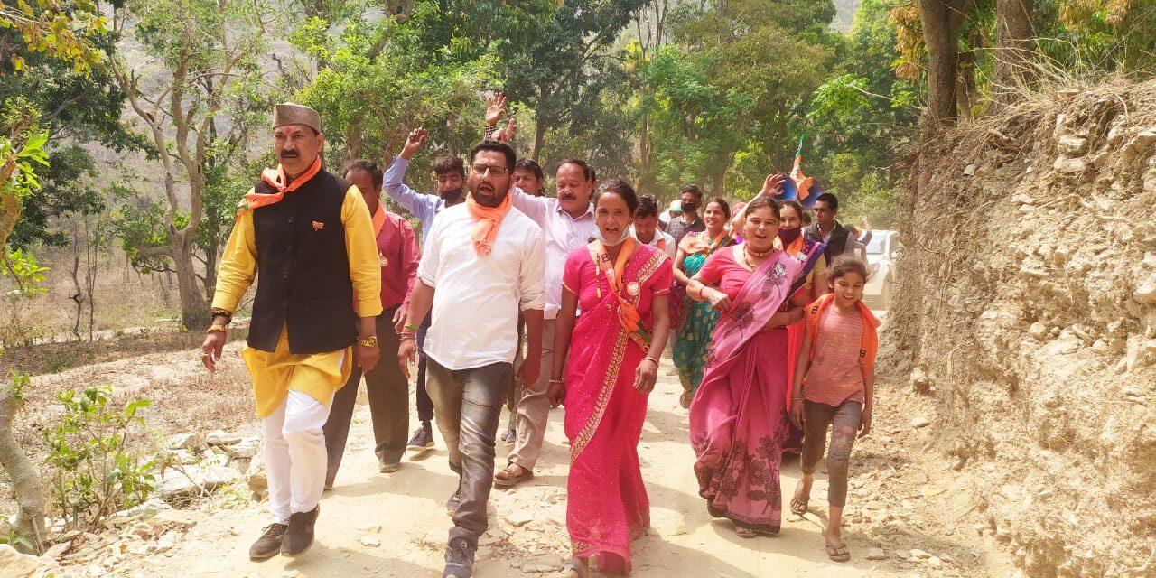 भाजपा प्रत्याशी जीना ने गांव गांव जाकर अपने पक्ष में वोट की लोगों से की अपील