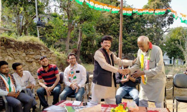 सल्ट उपचुनाव में कांग्रेस प्रत्याशी गंगा के लिए गांव गांव जाकर पूर्व विधायक मनोज तिवारी ने मांगे वोट, जनता का मिल रहा है सहयोग।