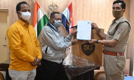 हरेन्द्र वर्मा के प्रयास से एस0जी0 हेल्थ कम्पनी के सी0ई0ओ0 ने अल्मोड़ा पुलिस को 5000 एन95 मास्क प्रदान कर बढ़ाया पुलिस का हौसला