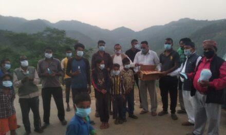 पूर्व जिलापंचायत अध्यक्ष ने गांव गांव में चलाया जागरूकता अभियान और बाटे मास्क, साबुन, सेनेटाइजर