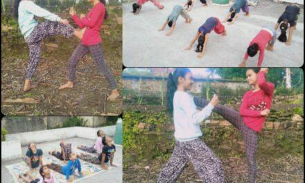 राजकीय किशोरी बाल गृह के बच्चो को यशपाल भट्ट सीखा रहे है कराटे