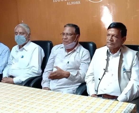 कांग्रेस के पूर्व जिला अध्यक्ष राजेंद्र बाराकोटी ने भाजपा कैबिनेट मंत्री के खिलाफ गैरजमानती वारंट पर मांगा इस्तीफा, विकास के नाम पर खानापूर्ति का लगाया आरोप।