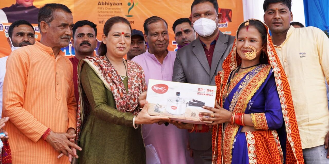 राष्ट्रीय पोषण मिशन योजना के तहत 225 महिलाओं को मिला प्रेशर कुकर