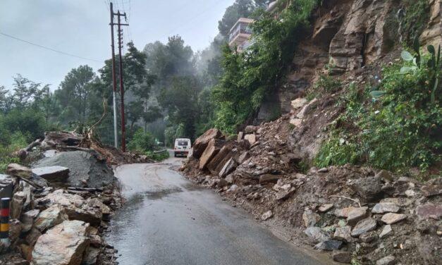 पहाड़ी दरकने से हुआ भारी भूस्खलन के कारण सड़क मार्ग हुआ बन्द, वैकल्पिक व्यवस्था व्यवस्था कर  खोला गया मार्ग