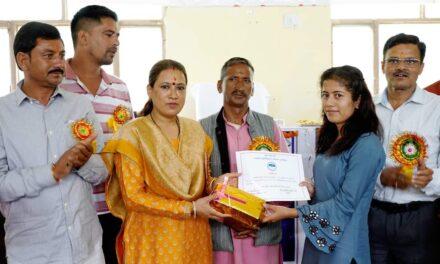 कैबिनेट मंत्री श्रीमती रेखा आर्या ने मेधावी छात्र छात्राओं को  किया पुरस्कृत